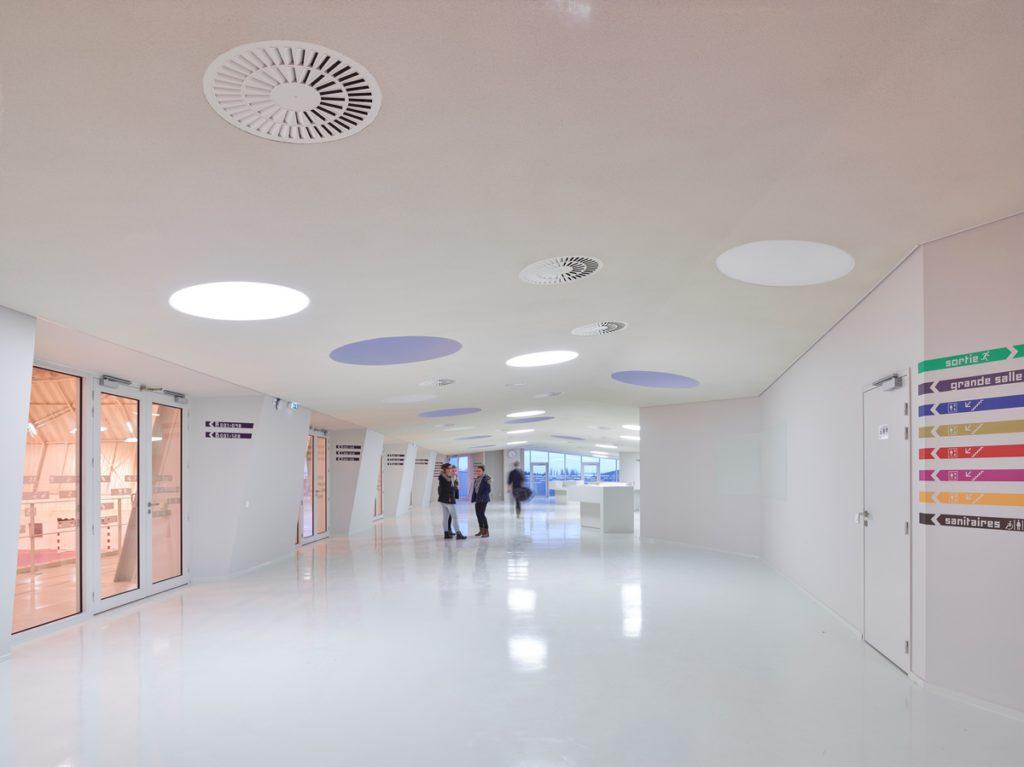 Revêtement en résine blanc dans un bâtiment public réalisé par Groupe Sol Solution
