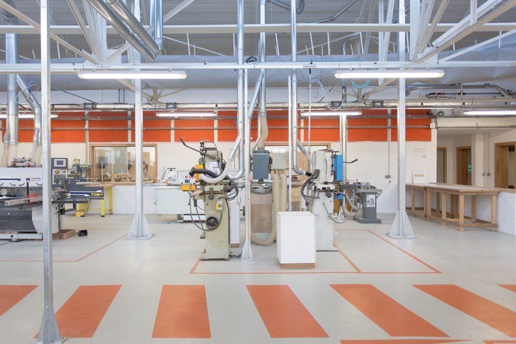 Sol résine industriel gris avec motif rayure orange réalisé par Groupe Sol Solution