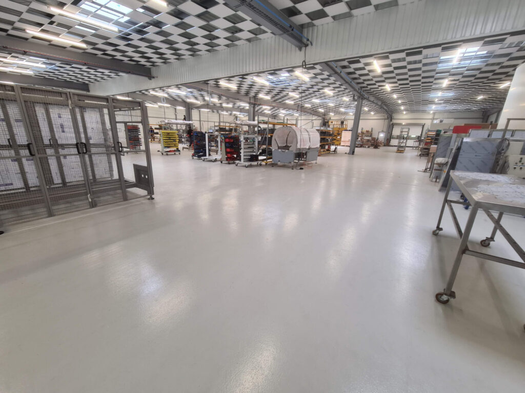 Sol en résine industriel sans joint dans un entrepôt et atelier